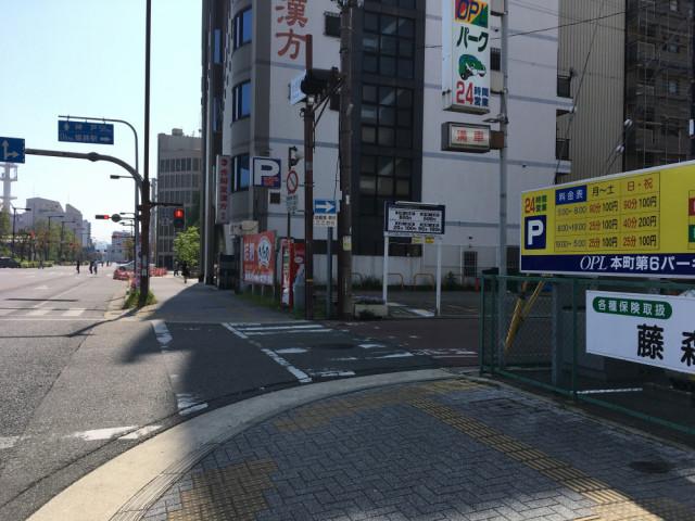 一方通行を進むと次の交差点を右折