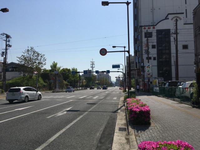お城の手前の交差点を右折します。